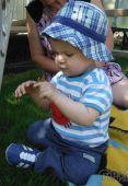 Fotogalerie capáčky a venku na travičce v modrých teniskách... :-)