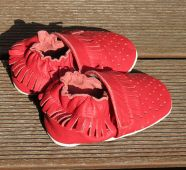 Kožené capáčky - MOKASÍNKY DĚROVANÉ červené CAPIKI